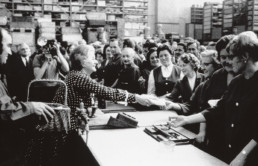 Martina Hörbiger im Gespräch mit Mitarbeiterinnen und Mitarbeitern